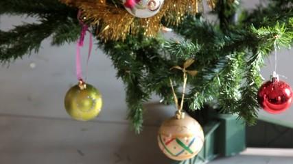 déposer une boule de Noël sur le sapin