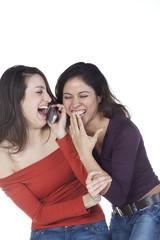 deux jeunes femmes complices amusement téléphone