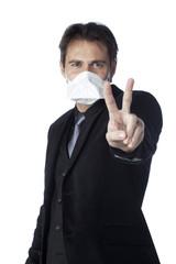 homme masque médical main signe victoire