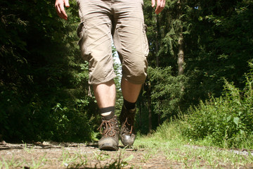 Froschperspektive mit Wanderschuhen, aufgenommen im Sauerland