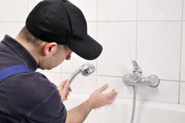 Handwerker kontrolliert Wasserdurchlauf
