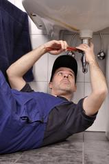 Sanitärinstallateur repariert Abfluss
