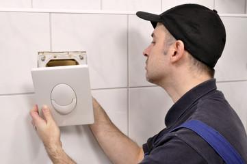Sanitärinstallateur repariert Toilettenspülung