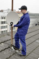 TV-Mechaniker montiert Sat-Schüssel