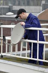 Fernsehtechniker installiert Sat-Antenne