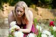 Frau im Garten in den Chrysanthemen