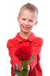kleiner Junge überreicht eine Rose