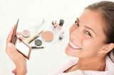 Putting makeup - 20069677