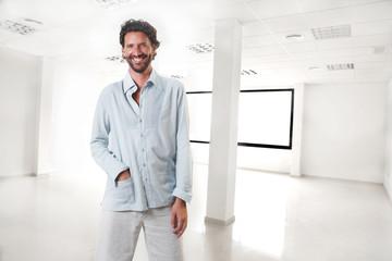 hombre emprendedor en oficina vacía