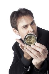 jeune homme d'affaires présentation argent euro