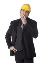 jeune homme d'affaires reflexion chantier casque sécurité