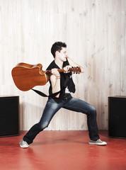 chanteur casser sa guitare foudre
