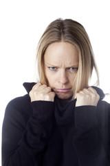 jeune femme blonde fâchée maussade