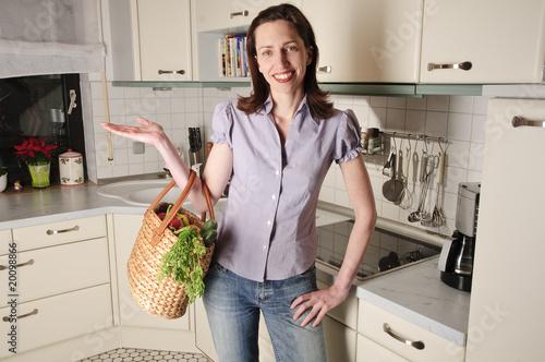 hausfrau in der k che k chenarbeit stockfotos und lizenzfreie bilder auf bild. Black Bedroom Furniture Sets. Home Design Ideas