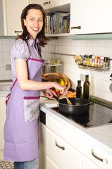 Hausfrau kocht in der Küche, Küchenarbeit