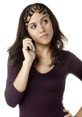 jeune femme en attente au téléphone