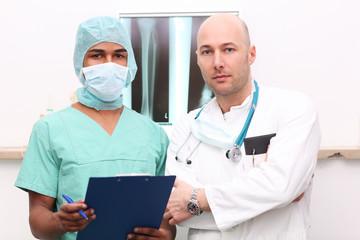 Ärzte besprechen am Röntgenbild