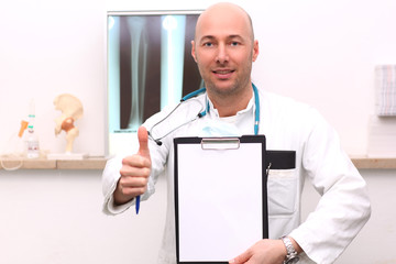 Arzt mit Checkliste