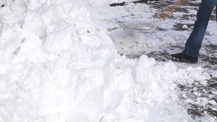 hausmeister schaufelt schnee im hof