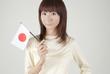 日本国旗を持つ女性