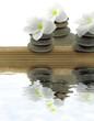 ambiance zen minéral, floral, pyramides galets fond blanc