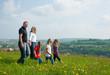 Familie macht einen Spaziergang im Frühling