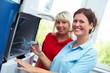 Zwei Zahntechnikerinnen an CAD-CAM