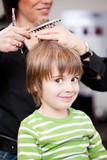 Fototapety kleiner junge beim friseur