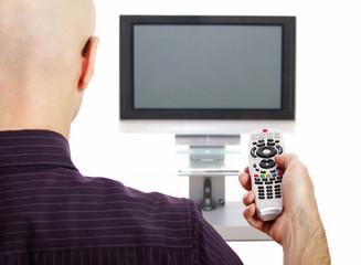 Mann mit Fernbedienung vor Fernseher
