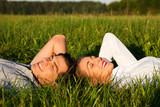 Fototapety Paar schläft auf Wiese in der Sonne