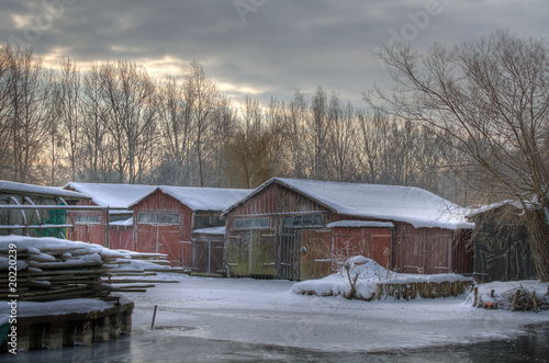 Leinwanddruck Bild Neubrandenburg - Bootschuppen am Oberbach im Winter