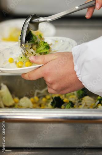 給食を盛りつける中学生の手元