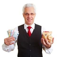 Mann mit Euroscheinen und Sparschwein