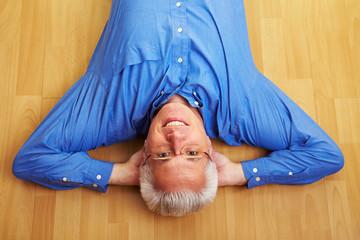 Entspannt auf dem Boden liegen