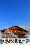 Haus in verschneiter Winterlandschaft, Tirol, Österreich