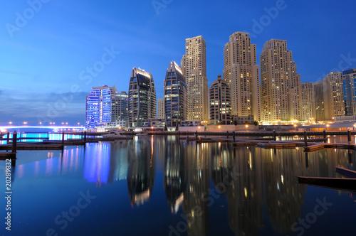 Dubai Marina na zmierzchu. Dubaj, Zjednoczone Emiraty Arabskie