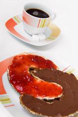Marmelade und Nuss-Nougat auf Hörnchen mit Kaffee