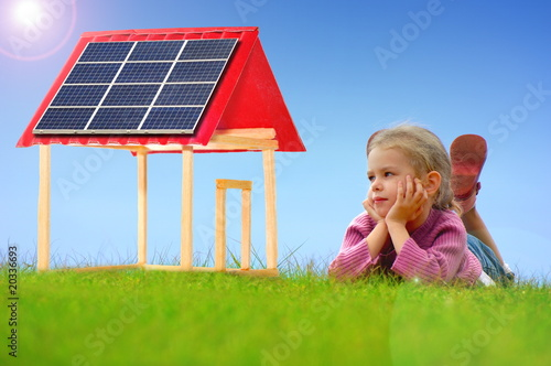 Maison avec des panneaux solaires. - 20336693