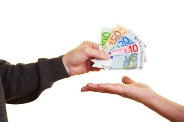 Geldscheine auf die Hand geben
