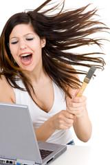 Junge Frau zerstört Computer