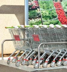 Carrelli per la spesa al supermercato