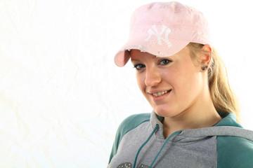 Junge sportliche Frau mit Basecap