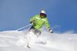 Skifahrerin im Pulverschnee