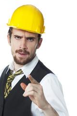 jeune homme casque de sécurité contestation