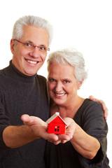 Senioren mit kleinem Haus