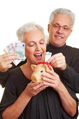 Geldscheine ins Sparschwein
