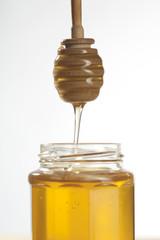 gros plan sur cuillère de miel