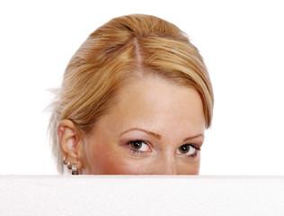 Frau schaut über Werbetafel