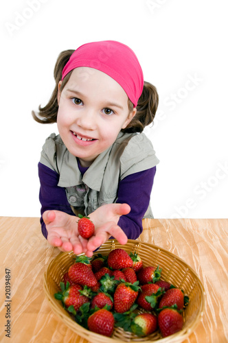 Mädchen mit einem Korb Erdbeeren
