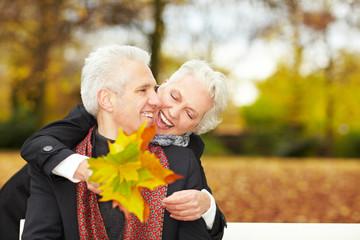 Altes Paar lacht im Park